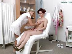 Стройная рыжая украинка пришла на обследование к женщине гинекологу