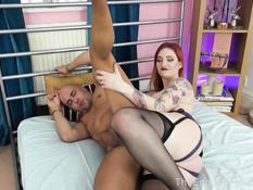 Рыжая британская госпожа отодрала страпоном в очко лысого секс раба