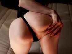 Девка в чёрном боди ебёт себя фаллосом и сквиртует во время оргазма