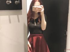 Бесстыжая русская девушка с рыжими волосами ебёт себя в примерочной