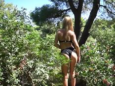 Блондинка в бикини пришла с парнем в лес и дала оттрахать себя раком
