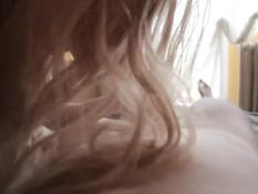 Молодая блондинка сняла с парня трусы и высосала из члена всю сперму