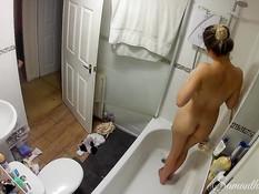Светловолосая девка мастурбирует бритую киску и ласкает грудь в душе