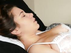 Девушка с большой грудью занимается с парнем совместной мастурбацией