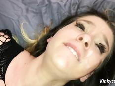Блондиночка мастурбирует свою пизду вибратором и дрочит член ногами