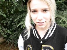 Юная блондинка вышла с парнем во двор и отсосала хуй стоя на коленях