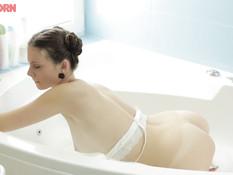 Симпатичная русская девчонка принимает ванну и мастурбирует клитор