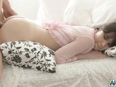 Разбудил русскую девушку страстными поцелуями и оттрахал на кровати