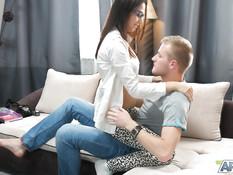 Привёл домой очкастую русскую девчонку и оттрахал в киску на диване