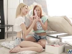 Рыжая русская девушка занимается лесбийским сексом с юной блондинкой