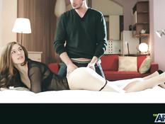 Романтичная русская девушка трахается на кровати со своим бойфрендом