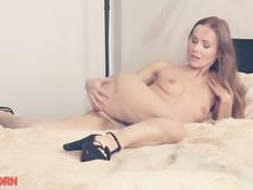 Возбуждённая русская красотка раздевается и мастурбирует на кровати