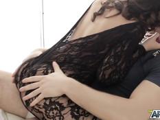 Татуированная русская девушка в чёрном боди дала отыметь себя в анал
