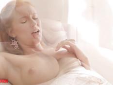 Худая блондинка лесбиянка занимается любовью с рыжей русской подругой