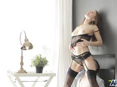 Стройная русская блондинка в чёрном белье отпердолена в киску и анус