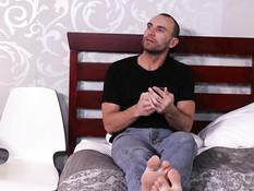 Сисястая мулаточка на кровати сосёт член и трахается с белым мужиком