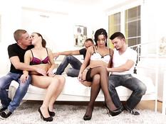 Три молодые пары любители свинг секса трахаются в анал на вечеринке