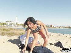 Жопастая латинка с большими сиськами на пляже отпердолена в задницу