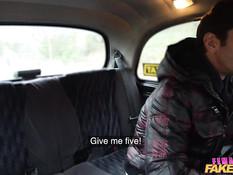 Развратная светловолосая таксистка ебётся с парнем на заднем сиденье