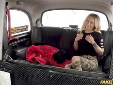 Длинноволосая французская блондинка ебётся с англичанином в такси