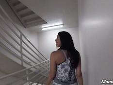 Развратная мамочка с большими дойками ебётся с парнем на лестнице