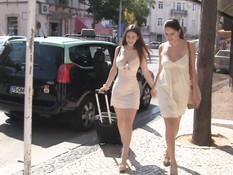 Две сисястые лесби подружки обнажались на улице и играли в секс игры