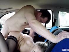 Он привёз молодую шлюшку в поле и отодрал в анал в своём автомобиле