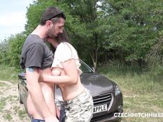 Небритый водитель в лесу отодрал чешскую женщину в волосатую письку