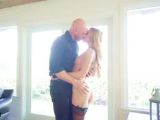 Красивая молодая блондинка с тату и пирсингом затрахала своего парня
