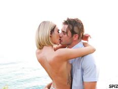 Худая блондинка с короткой стрижкой и тату ебётся с парнем на берегу