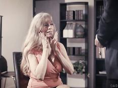 Возбуждённая грудастая секретарша трахается с боссом в его кабинете