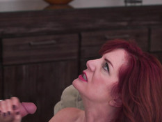 Ненасытная рыжая дама с большими сиськами трахается с молодым парнем