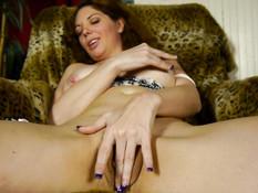 Грудастая американская домохозяйка снимает трусики и теребит клитор