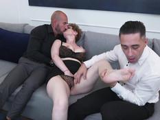 Французская матюрка с большими дойками ебётся сразу с двумя мужиками