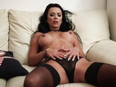 Зрелая грудастая брюнетка мастурбирует клитор и трахается с мужчиной