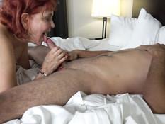 Рыжая мамочка с большими сиськами дала пареньку отодрать себя в анал