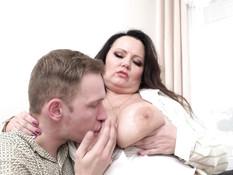 Толстая женщина с огромными сиськами трахается с молодым любовником