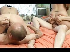 Свингеры трахались на кровати и менялись партнёрами во время секса