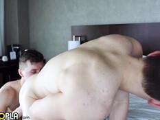 Два гомосексуальных парня по очереди отпердолили друг друга в очко