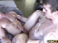 После взаимного минета спортивный гей ебёт в очко мускулистого друга