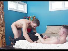 Атлетичный гей сделал минет худому парню и отодрал в очко на кровати