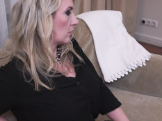 Молодая блондинка-лесбиянка страпоном оттрахала сиськастую мамочку
