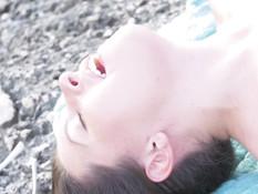 Молодая русская лесбияночка на пляже занимается любовью с украинкой