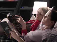 Две русские лесбияночки в колготках используют безремневой страпон