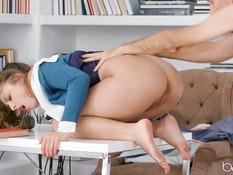 Преподаватель отпердолил нерадивую студентку в анал на рабочем столе