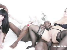 Три славянские девушки занимаются анальным сексом с чёрными парнями