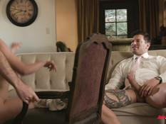 Двое солидных джентльменов отодрали на диване одну молодую брюнетку
