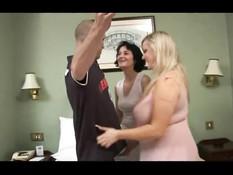 Две ненасытные дамы занимаются сексом с одним мужиком на свинг пати