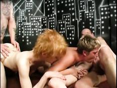 Три женщины занимаются сексом с двумя мужчинами в клубе свингеров