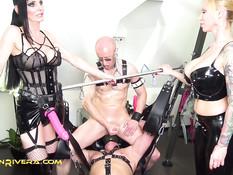 Две сисястые госпожи в латексном белье отодрали секс раба страпонами